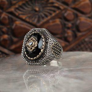 خاتم فضة عيار 925 مرصع بحجر الزيركون بزخرفة مميزة