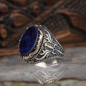 خاتم فضة عيار 925 مرصع بحجر الكهرمان الازرق مع نقشه سيف على الجوانب