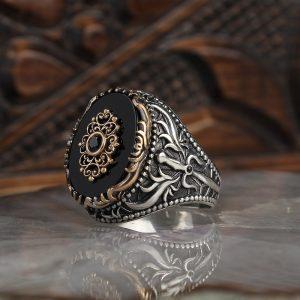 خاتم فضة عيار 925 مرصع بحجر الاونكس مع نقشه سيف على الجوانب