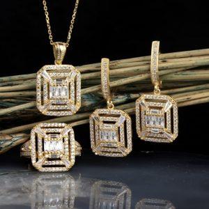 طقم فضة عيار 925 نسائي مطلي بالذهب مرصع بأحجار الزيركون بتصميم أنيق