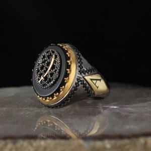 خاتم فضة عيار 925 مرصع بحجر اونكس مطلي مع كتابة حرف على الجانب