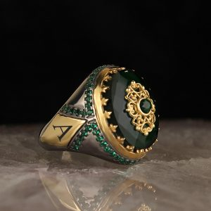 خاتم فضة عيار 925 مرصع بحجر الزيركون الاخضر مطلي مع كتابة حرف على الجانب