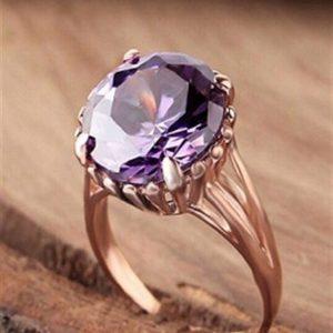 خاتم فضة نسائي عيار 925 مطلي بالذهب مرصع بحجر الجمشت بتصميم أنيق